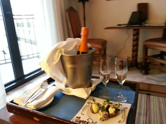 CasaMagna Marriott Cancun Resort: Complimentary Champagne for our anniversary