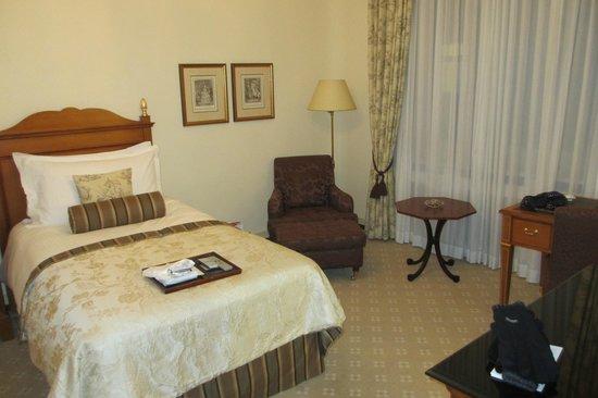 Fairmont Hotel Vier Jahreszeiten: Inside a standard room