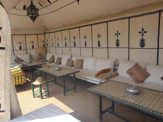 Riad Karmela : sofas on the roof terrace