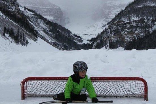 Fairmont Chateau Lake Louise : Hockey on the Lake