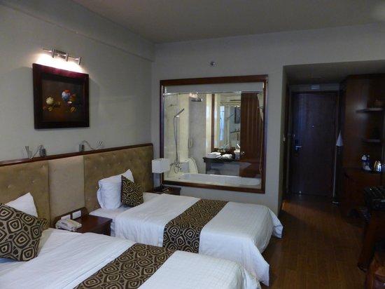 Asia Hotel: Habitación y cuarto de baño