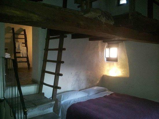 Camera da letto con particolare soppalco ed ingresso bagno - Foto di ...