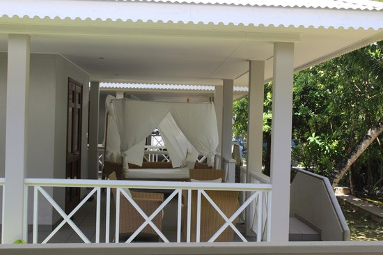 La Belle Tortue Lodge : beautiful day bed in the small villa