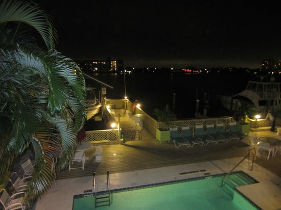 Enchanted Inn & Beachside Cottages : night view
