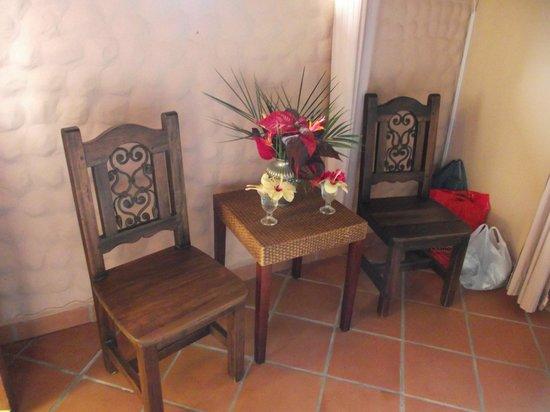 The Golden Frog Inn: Flowers in Room