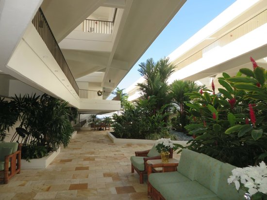 Outrigger Royal Sea Cliff: resort interior