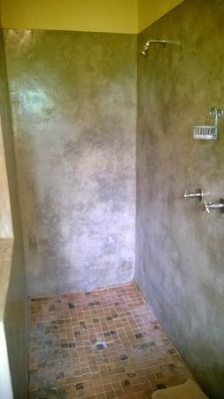 Windmill Wine Shop and Cottages: Shower