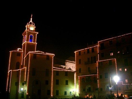 Camogli, Italy: праздничное освещение церкви на пляже