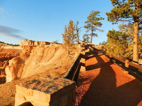 Bryce Canyon Lodge : Sunrise on the rim trail
