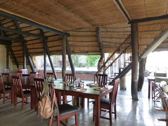 Victoria Falls Safari Lodge : Vue sur le bar du Lodge
