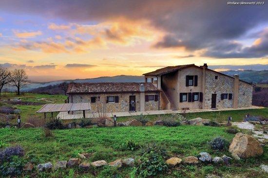 Casale di Poggioferro: Il Casale al tramonto, serata invernale.