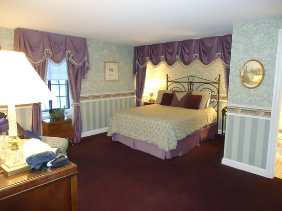 The Red Coach Inn Historic Bed and Breakfast Hotel: Main bed Cambridge suit, beautiful
