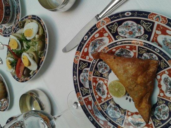Dar El Jeld: brick au thon et oeuf et salade d'artichaut