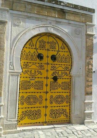 Dar El Jeld : la porte jaune du dar el djeld