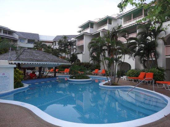Bougainvillea Barbados: Pool and swim up bar