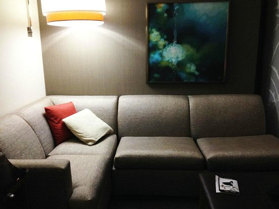 Hyatt Place Charlotte Downtown: Sitting Area within room