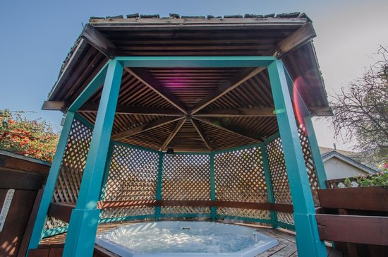 Continental Inn : Relax in our hot tub