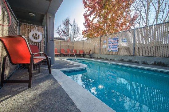 Continental Inn : Seasonally heated pool