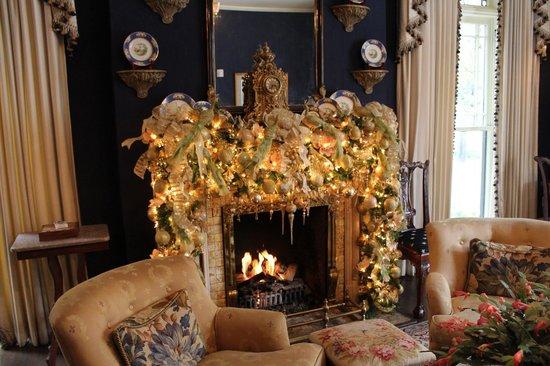 Ballastone Inn: Parlor decorated for Christmas