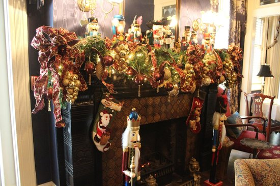 Ballastone Inn: Fireplace decorated for the Holidays