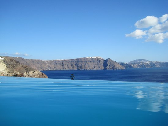 Andronis Luxury Suites : The view from the infinity pool