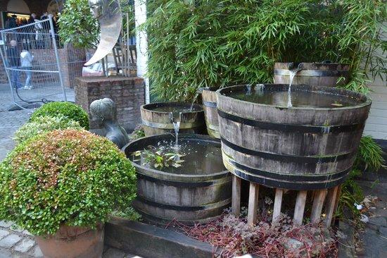 Historium Brugge: Fuente a la entrada de la fábrica de cerveza.