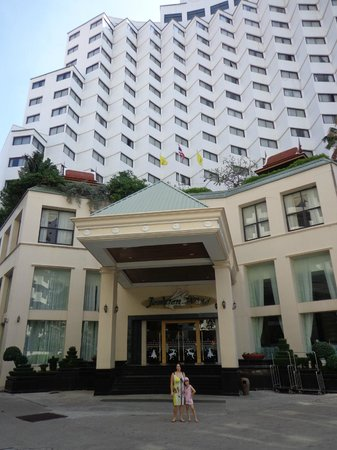 Jomtien Palm Beach Hotel & Resort: Вход в отель