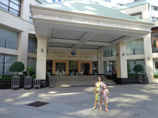 Jomtien Palm Beach Hotel & Resort: У входа в первый корпус