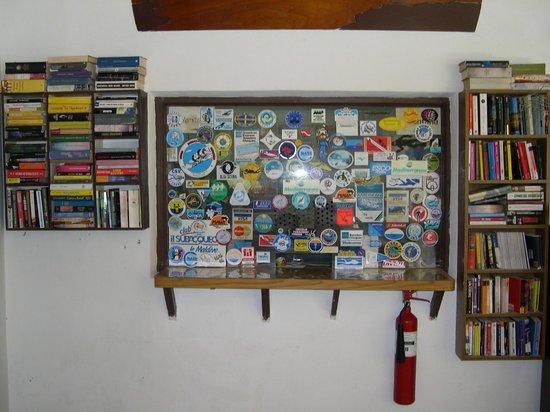 Asdu Sun Island : La piccola libreria con i libri lasciati dai clienti
