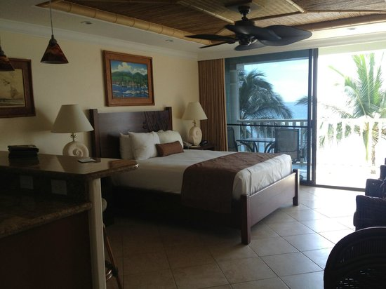 Lahaina Shores Beach Resort : Very comfortable bed in Premier Room