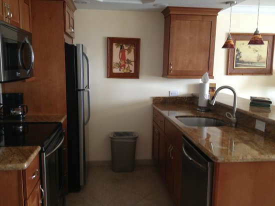Lahaina Shores Beach Resort : Newly updated Kitchen