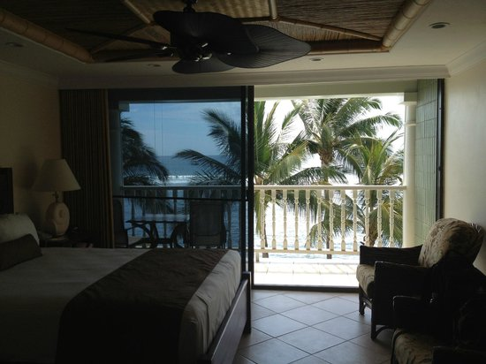 Lahaina Shores Beach Resort : Full glass dorrs leading out to Lani on 2nd floor