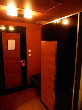 Hotel Grand Majestic Plaza Prague : entry and closet
