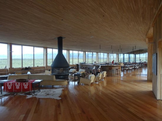 Tierra Patagonia Hotel & Spa: Woodburner and lounge