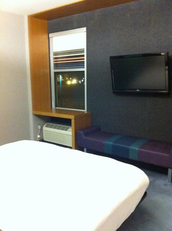 Aloft Montreal Airport: dorm room decor