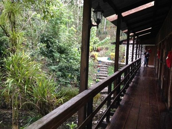 Hotel El Recreo Lanquin Champey: Walkway to rooms and other buildings