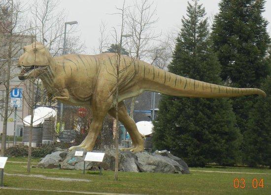 """Naturmuseum Senckenberg: T-Rex im """"Vorgarten"""""""