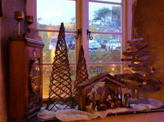 Blue Ball Inn: Festive decorations & yes that is a Driftwood Christmas Tree!