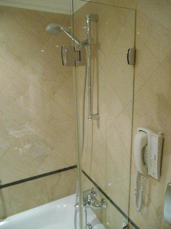 Sofitel Budapest Chain Bridge : shower and phone