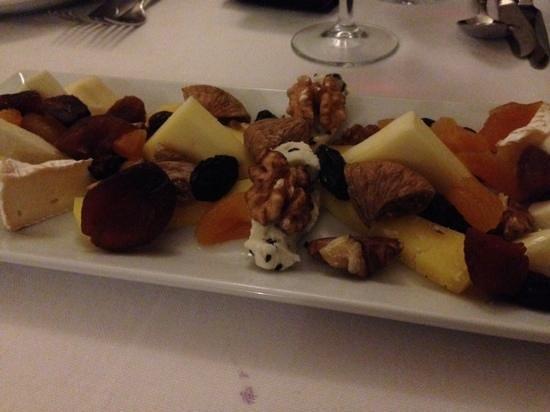 Han Ciragan Restaurant: plato de quesos y frutos secos