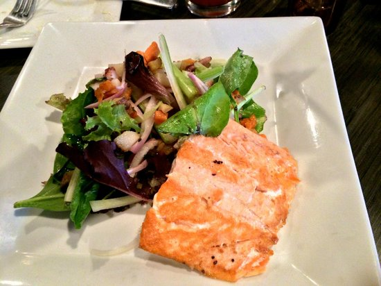 Nosh Restaurant and Wine Lounge: Salmon Salad