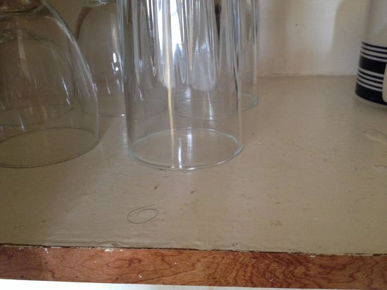 Pousada Suites : Short black hair on the glass' shelf - gross