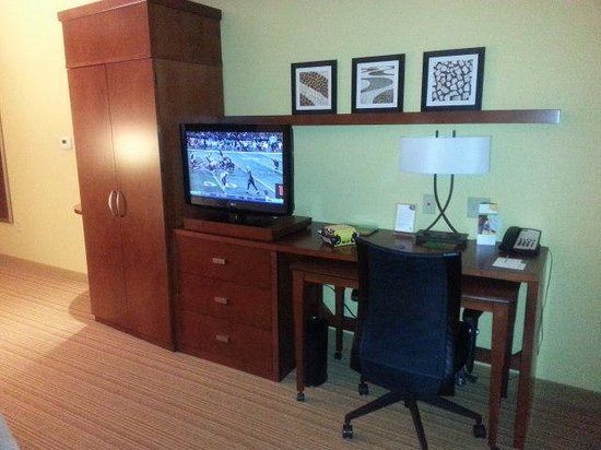 Courtyard Charlotte Airport North : Desk and television