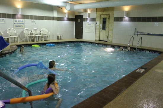 Comfort Suites: having fun in the pool