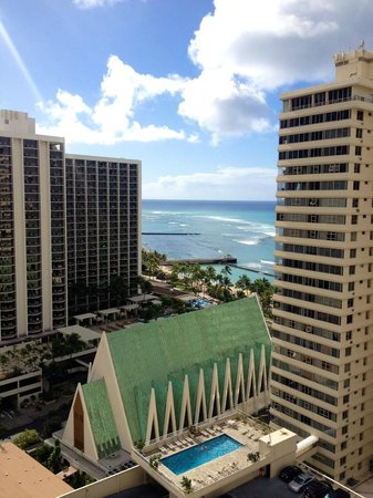 Alohilani Resort Waikiki Beach: Spectacular views from the higher floors I'm sure