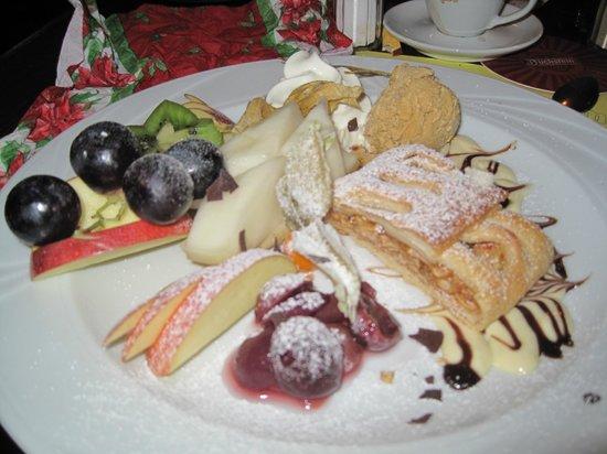 Der alte Fritz: L'Apfelstrudel con gelato,panna montata e salsa di vaniglia.Una vera opera d'arte.