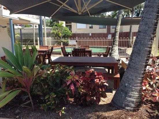 Driftwood Motel & Holiday Units: Shaded tables and chairs in pool BBQ area