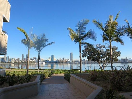 Coronado Island Marriott Resort & Spa: waterfront walkway