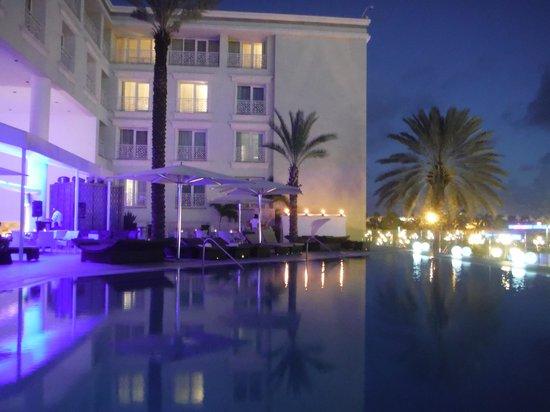 Renaissance Aruba Resort & Casino: View of the pool & BLUE bar area at dusk