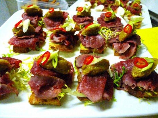 eetcafe Compaenen: Crostini met gerookte rundermuis en auberginecreme